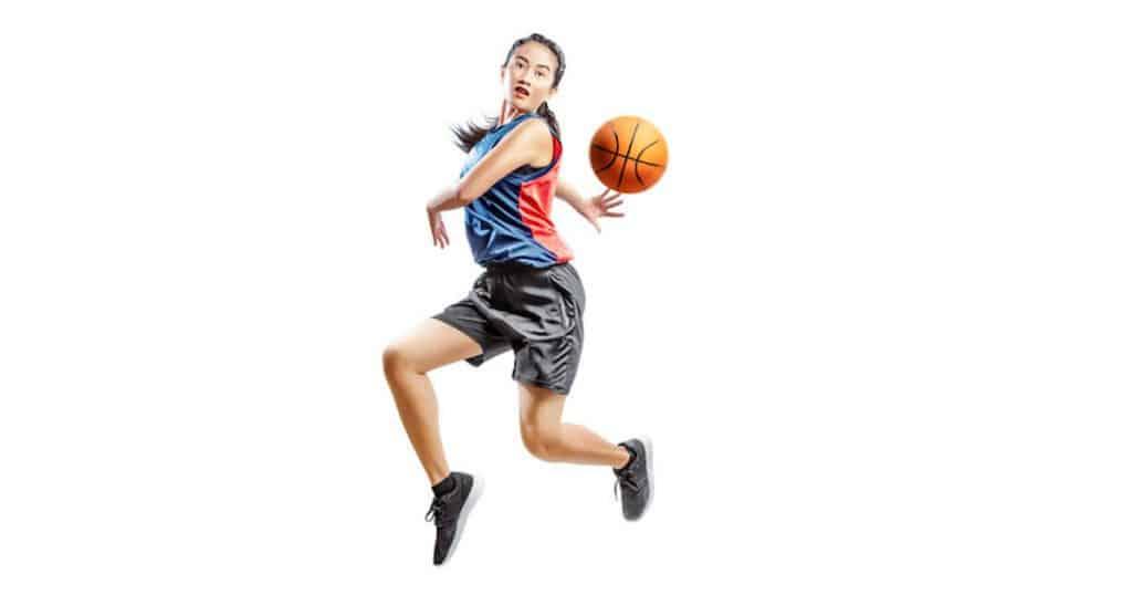 Basket féminin : joueuse faisant une passe